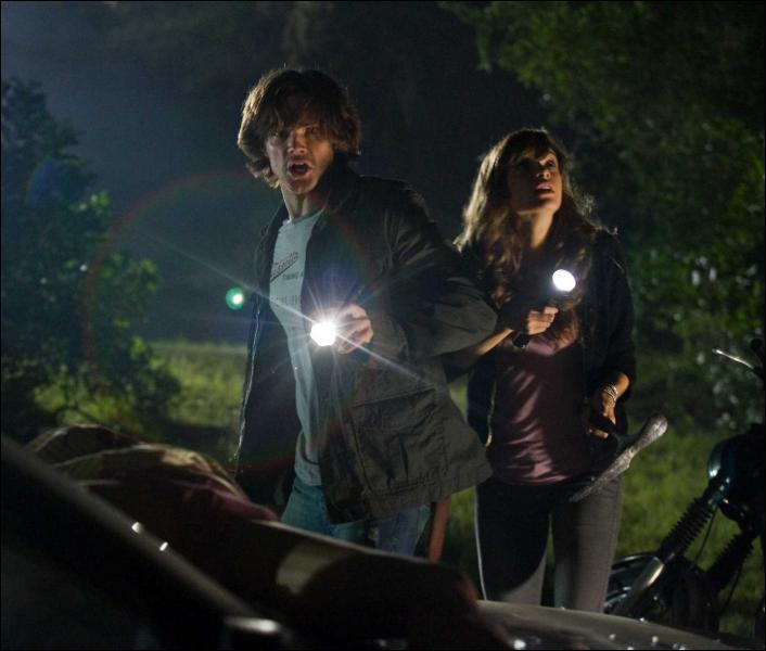 Sous quoi ce cache Jenna et Clay pour ne pas être repéré pas Jason ?