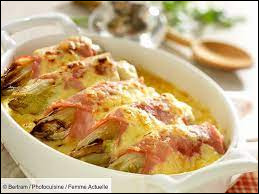 Comment se nomme ce plat d'endives enroulé dans du jambon à la sauce béchamel avec du fromage ?