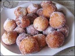 Quel est le nom de ces boulettes de pâte sucrée frites, mangées avec du sucre impalpable dans les foires ou lors d'occasions spéciales ?