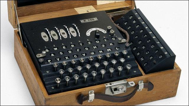 C'est une machine qui infligea d'énormes dégâts durant la Seconde Guerre mondiale. Elle servait au chiffrement et au déchiffrement d'informations secrètes destinées aux armées allemandes. Quel personnage célèbre réussit à déchiffrer le code de la machine Enigma ?