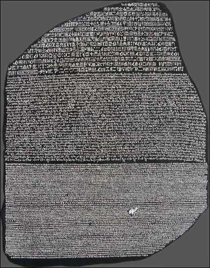 À Memphis, dans l'Égypte antique, Ptolémée V promulgue un décret sur cette stèle fragmentée. Grâce à cette dernière, Jean-François Champollion arrive à déchiffrer en 1822, les hiéroglyphes inscrits dessus. Comment se nomme ce fragment de stèle ?