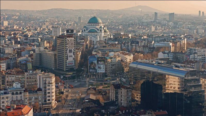 Quelle est cette capitale d'un peu plus d'un million d'habitants ?