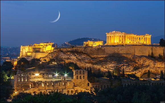Quel est le nom du quartier touristique d'Athènes situé au pied de l'Acropole ?