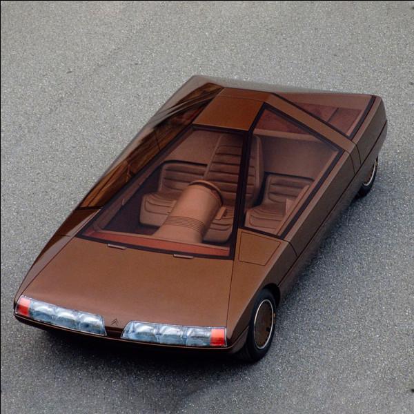 """L'étude de marché est formelle, les acheteurs de voitures neuves sont âgés et conservateurs. Partant de ce constat, la très lucide équipe de design décide de s'inspirer d'un monument funéraire antique égyptien.Quel est le nom de cette """"voiture-vanité"""" ?"""
