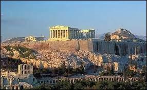 En septembre 480 avant J-C, Athènes, abandonnée par la plus grande partie de ses habitants, est prise ; la ville est pillée et incendiée. Par qui ?