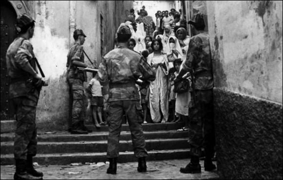 Ce film de Gillo Pontecorvo, sorti en 1966 et interdit en France jusqu'en 1971, se déroule pour l'essentiel entre 1954 et 1957 et veut restituer la lutte pour le contrôle du quartier de la Casbah à Alger, entre les militants du FLN et les parachutistes français. Quel est ce film ?
