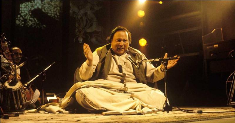 """Nusrat Fateh Ali Khan (allez faire un jeu de mots, avec ça...) fut un grand maître du chant soufi pakistanais appelé """"qawwali"""" : comment dit-on """"maître"""", dans ce cas et dans le monde indo-pakistanais ?"""