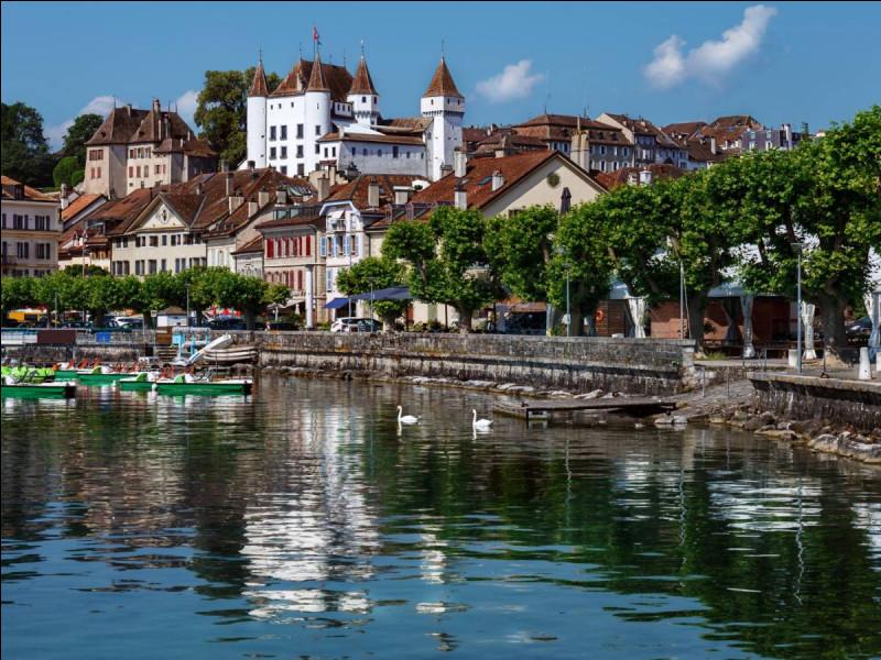 Cliquez sur cette ville suisse du canton de Vaud, bordée par le lac Léman.