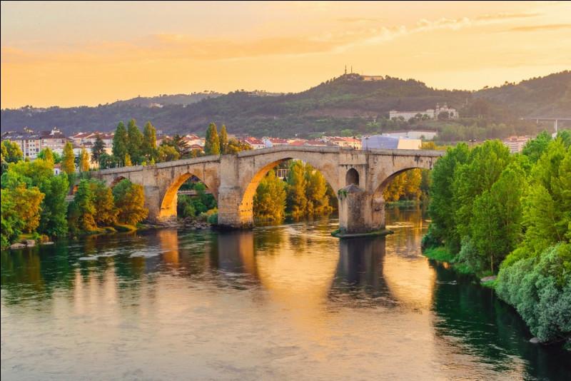 Quelle est cette ville espagnole, plus précisément galicienne, chef-lieu de la province du même nom ?