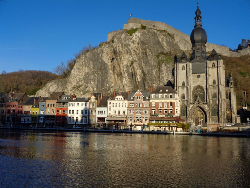 Cochez une ville belge connue pour sa citadelle surplombant la Meuse.
