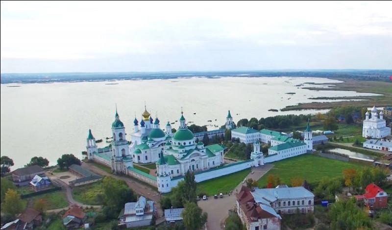 Quelle est cette petite ville touristique russe, située à environ 200 kilomètres à l'est de Moscou et faisant partie de l'Anneau d'Or ?