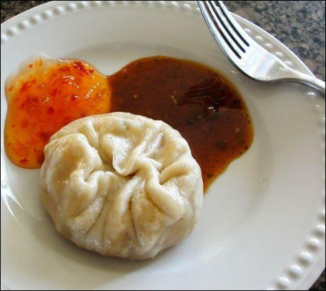Quel est ce mets du Tibet, un ravioli farci de légumes, de fromage, de viande de yak et d'épices, le tout servi avec une sauce piquante ?