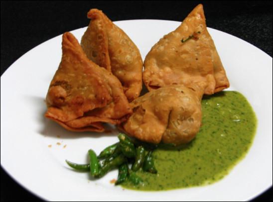 Quel est ce mets d'Inde, un beignet qui enrobe une farce de légumes, de viande, d'épices et de piment ?