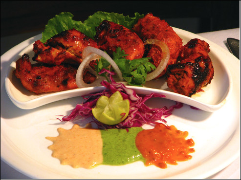 Quel est ce mets d'Inde et du Pakistan, composé de morceaux de poulet sans os cuit en brochette et marinés dans du yaourt et des épices ?