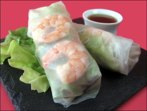 Quel est ce mets du Vietnam, composé d'une galette de riz cru qui enrobe une farce de légumes et de porc avec des crevettes, le tout servi en apéritif avec une sauce nuoc mam ?