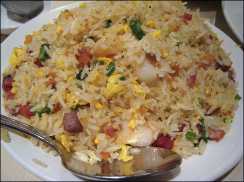 Quel est ce mets, composé de riz cuit à l'eau avec de l'oeuf, des légumes et des morceaux de jambon ?