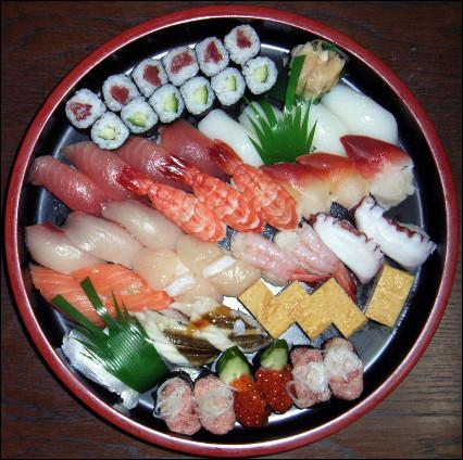 Quel est ce mets traditionnel japonais composé de riz vinaigré combiné avec du poisson ou des fruits de mer ?