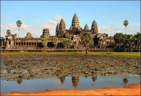 Gigantesque empire indochinois (IXe - XIIIe s.), ce royaume a édifié Angkor qui aurait pu accueillir jusqu'à ... d'habitants ! Comment se nommait-il ?