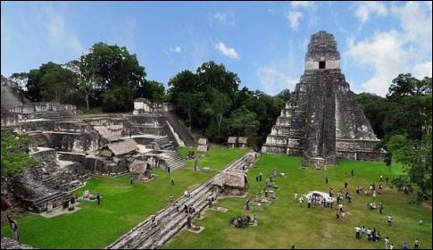 Associés (faussement) aux couleurs jaunes et noires, on pense qu'ils ont eu [...] partir avec eux-mêmes ou le climat vers l'an 900 de notre ère, après avoir dominé la région du Yucatan dans tous les domaines (astronomie, mathématiques, etc.)