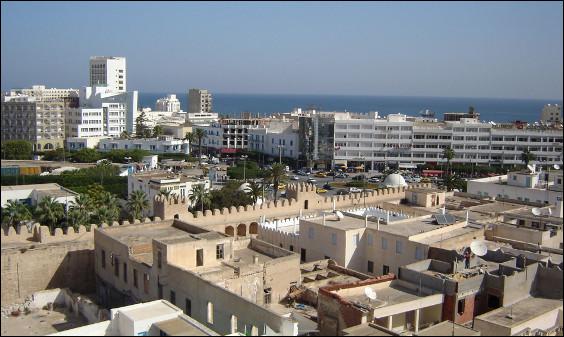"""Quelle est cette ville portuaire de l'est de la Tunisie, troisième grande ville du pays surnommée la """"perle du Sahel"""" ?"""