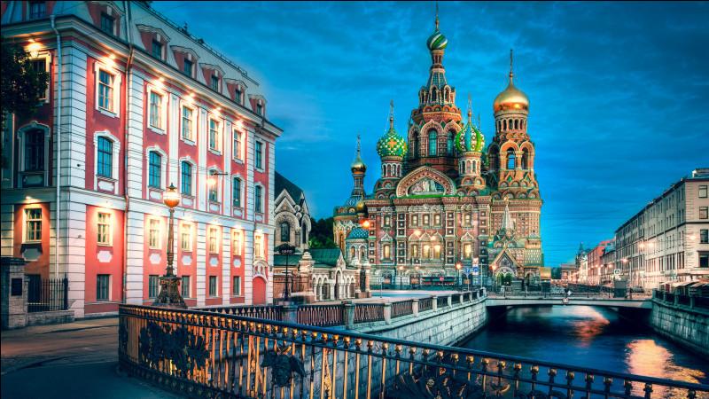 Quelle est cette ville, capitale de l'Empire russe de 1712 à 1918, située sur le delta de la Neva, fleuve de 74 kilomètres ?
