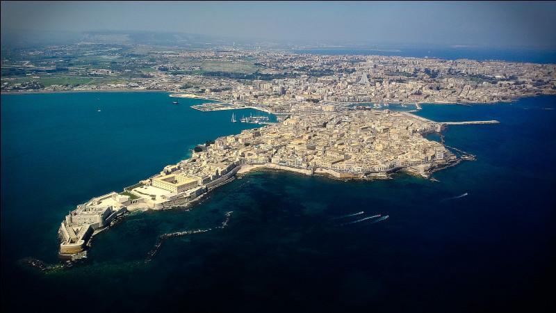 Quelle est cette ville de Sicile fondée au septième siècle avant notre ère par des colons grecs, patrimoine mondiale de l'humanité ?