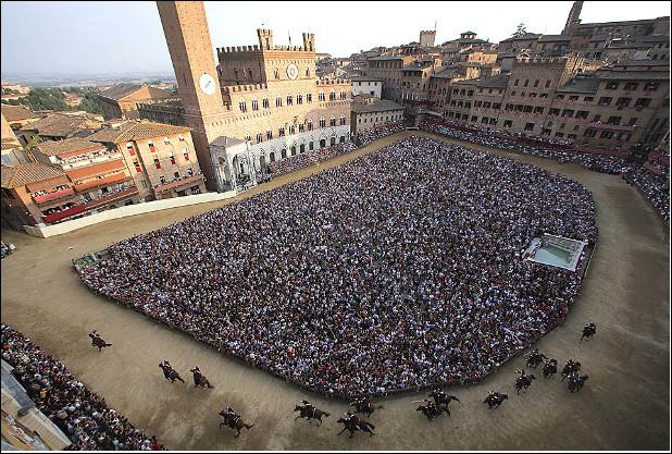 Quelle est cette ville d'Italie, célèbre pour le Palio, une spectaculaire course de chevaux entre quartiers qui se déroule deux fois par an ?