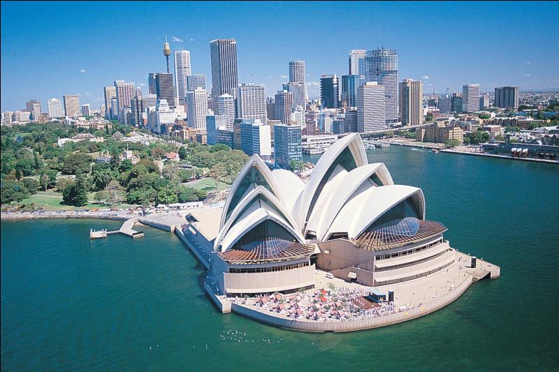 Quelle est cette ville, la plus peuplée d'Australie et du continent océanien, située sur le bord de la mer de Tasmanie, coeur économique du pays ?