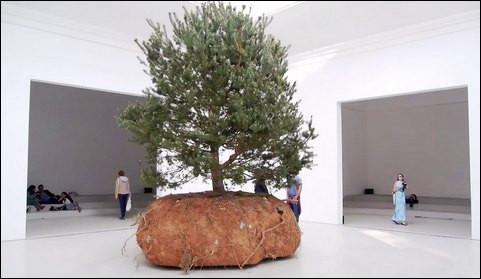 Elle est considérée comme la plus prestigieuse des manifestations artistiques dans le monde où se fait le marché de l'art. Laquelle est-ce ?
