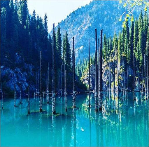 Des montagnes Tian, le lac Kaindy s'est formé en 1911 suite à tremblement de terre et à submergé un forêt d'épicéas. Dans cette région s(h)ismique, on peut dire que le ...