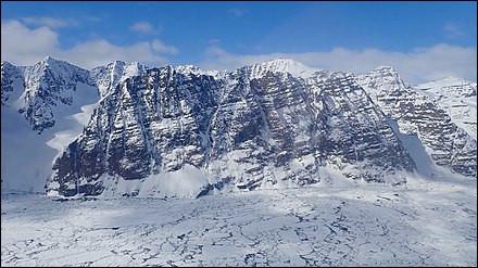 Plateau rocheux usé par un glacier :