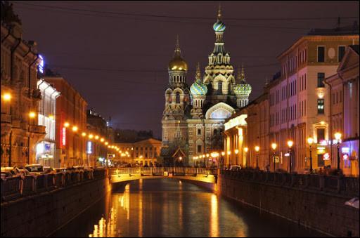 En quelle année la ville de Leningrad retrouva-t-elle son nom de Saint-Petersbourg ?