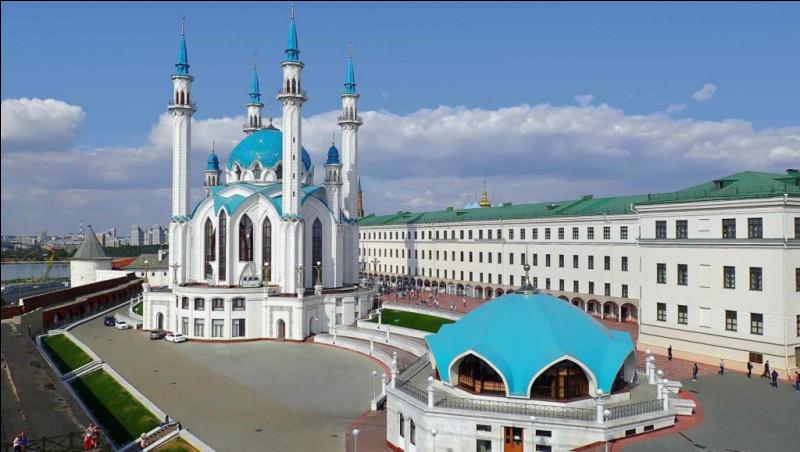 Quel peuple de Russie a pour capitale Kazan et est d'origine turque ?