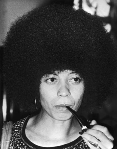 26 janvier > On pourrait tout aussi bien fêter la naissance (en 1944) de cette militante féministe et communiste, ce pour quoi elle fut emprisonnée. Qui est-elle ?