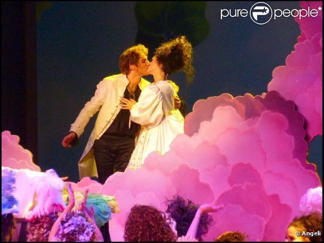 Pendant quelle chanson s'embrassent Mozart et Contance ?