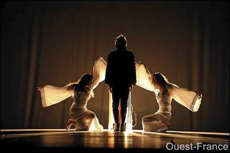 Pourquoi il y a des anges (les filles des deux côtés de Mikelangelo) ?