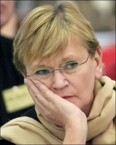 Elle a occupé les fonctions de : Ministre de la Jeunesse et des Sports et Secrétaire nationale du Parti communiste français
