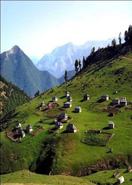 Quel est ce pays d'Asie, qui a comme capitale Bakou, réputé pour ses petits peuples situés dans les montagnes ?