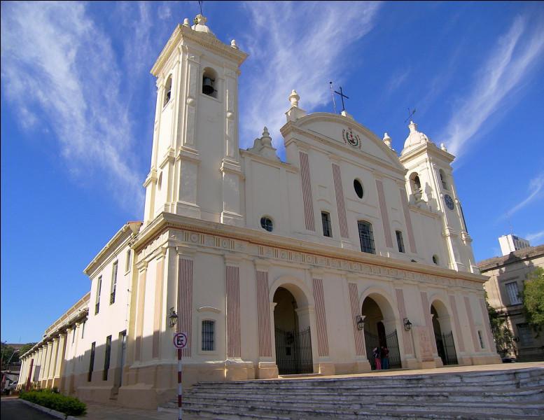 Quelle est cette capitale d'un pays d'Amérique du Sud connue pour sa cathédrale (sur l'image) ?
