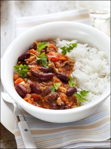 Quelle est la capitale de ce pays, lié en partie à un plat composé principalement de viande hachée, de haricots rouges et de riz ?