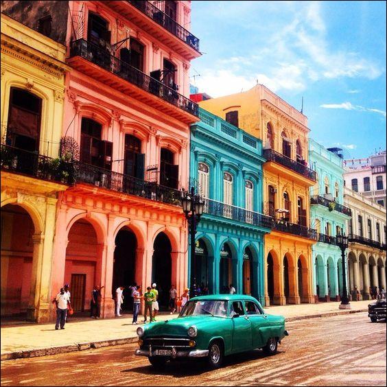 Quelle est la capitale de Cuba, connue pour ses rues colorées principalement de bleu, de jaune, d'orange et de vert ?