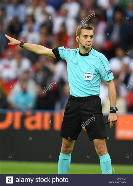 Quel est le nom de cet arbitre de football ?
