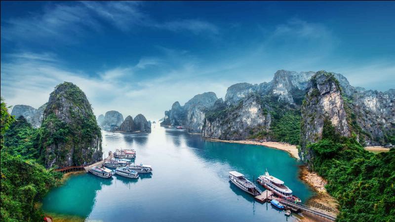 Quel pays d'Asie du Sud-Est connu pour ses plages et ses cours d'eau a pour capitale Hanoï ?