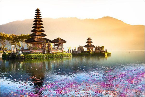 Quelle est la capitale de l'Indonésie, ce pays du Sud-Est de l'Asie composées d'îles volcaniques ?