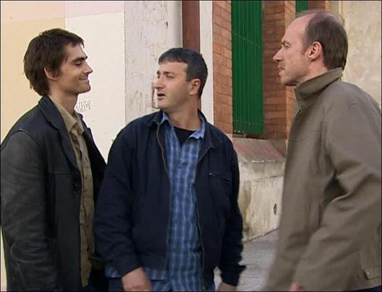 Qui est l'homme entre Nicolas et Léo?