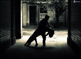Danse traditionnelle à trois temps, le menuet est attesté en France depuis...
