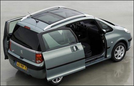 Astucieuse cette Peugeot avec ses deux portes coulissantes. Mais de quel modèle s'agit-il ?