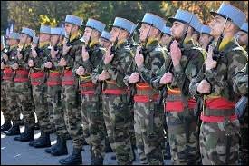 """Les soldats présentèrent les armes """"en deux temps trois mouvements"""". Que signifie cette expression ?"""
