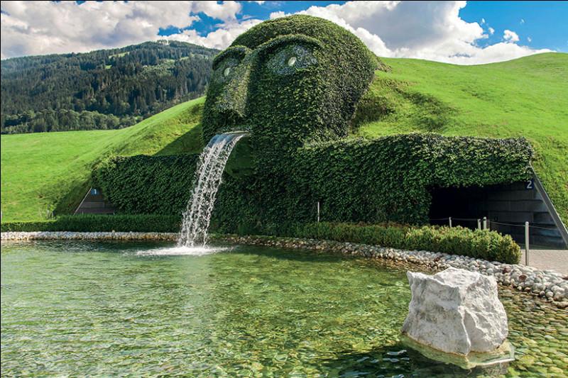 Où peut on admirer la curieuse fontaine Swarovski ?