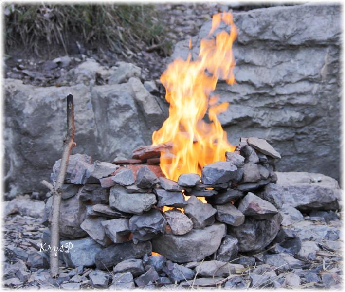 """Où la """"Fontaine ardente"""" crache-t-elle ses flammes au milieu de l'eau ?"""
